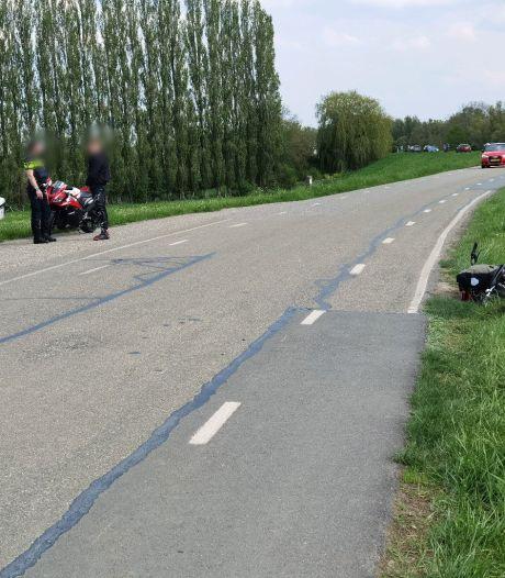 Motorrijder tikt fietsers aan op Grebbedijk: twee wielrijders raken gewond