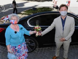 """VIDEO. Lucie 'the queen' Mertens uit Leuven viert 2.555ste taxirit: """"Ik zat al 51.100 minuten in een taxi en ik weet perfect wat me dat heeft gekost"""""""