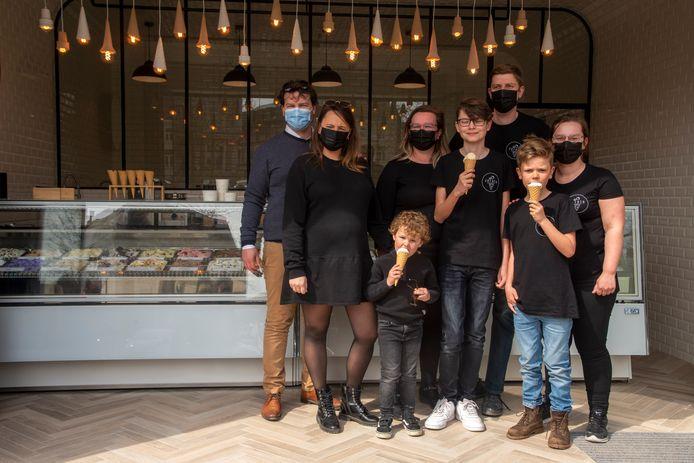 De familie Van Der Gucht opent nieuw ijssalon Jérolo op de Markt van Wetteren.