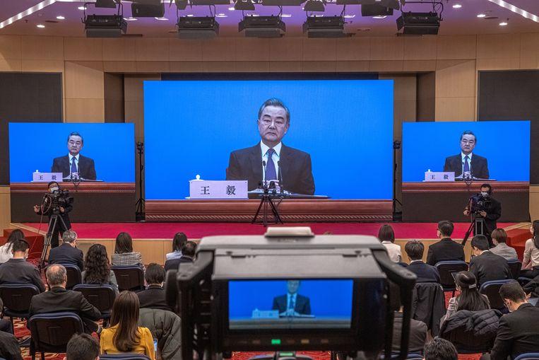 De Chinese minister van buitenlandse zaken Wang Yi eerder deze maand tijdens een online persconferentie in Peking.  Beeld EPA