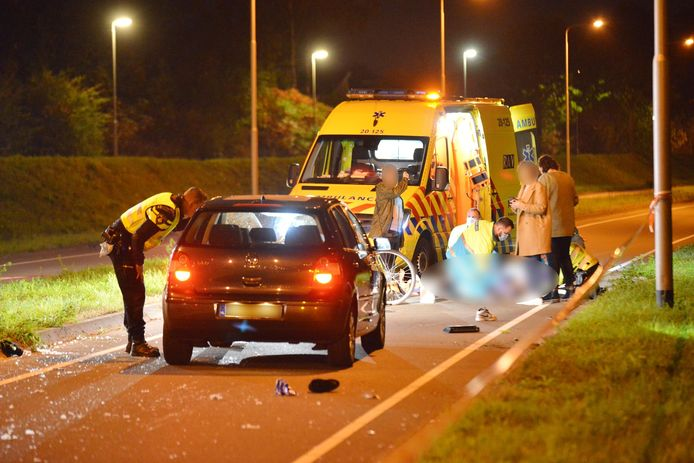 De politie onderzoekt een ongeluk in Breda. Twee meisjes raakten zwaargewond.