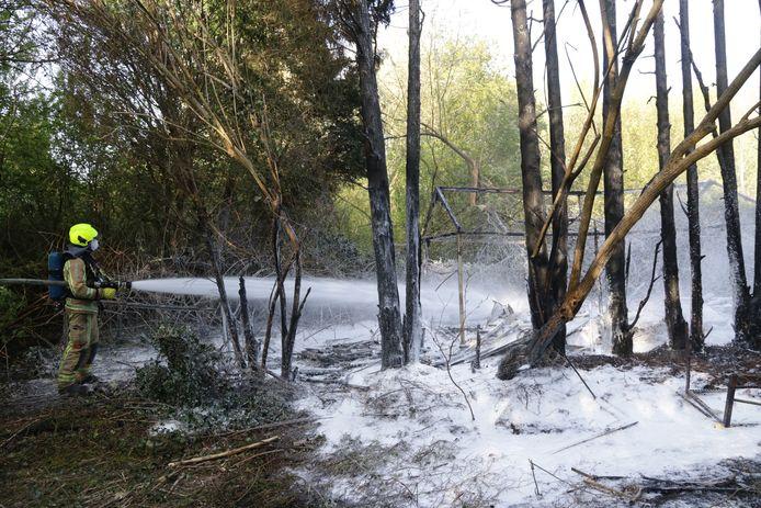 Alors que la plupart des touristes étaient partis, un incendie, probablement criminel, s'est déclaré derrière une maison abandonnée dimanche soir. Un petit hangar et quelques arbres sont partis en fumée.