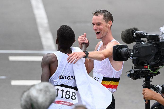 Koen Naert feliciteert Abdi bij de finish
