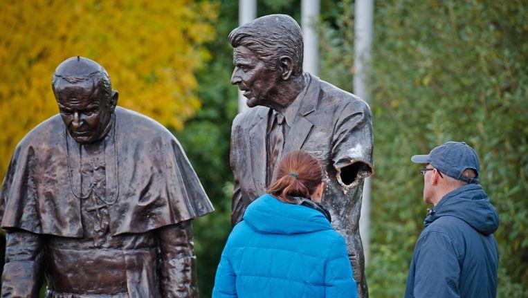De bronzen Reagan in Gdansk zonder linkerarm. Beeld AP
