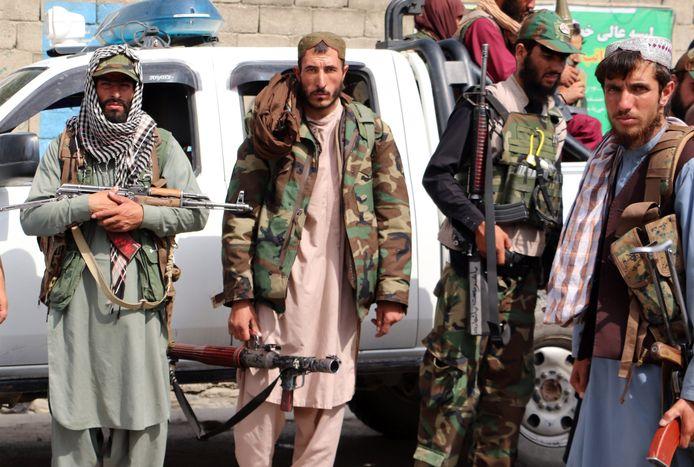 Talibanstrijders patrouilleren in de straten van Kaboel.