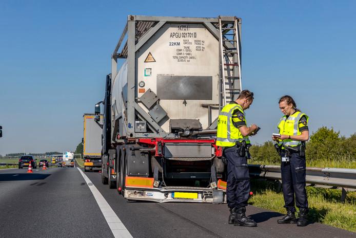 Een vrachtwagen en bus botsten tegen elkaar aan op de A59.