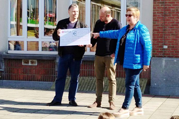 Nadat de cheque was overhandigd kwam er nog 50 euro extra binnen waardoor Welzijnsschakel 2.021,42 euro ontving.