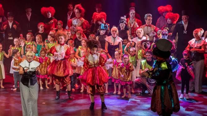 Magische Alice in Wonderland op het podium van theater de Maagd