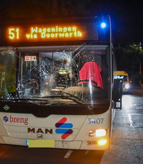 Fietsster crasht met lijnbus in Oosterbeek en raakt gewond, forse schade