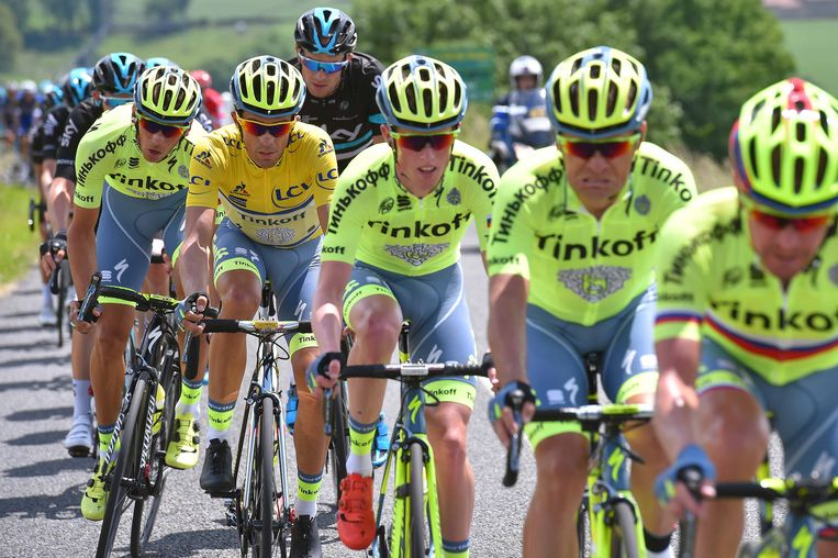 Alberto Contador veilig in het zog van zijn ploegmakkers, de zwarthemden van Sky komen even piepen met Ian Stannard. Beeld TDW