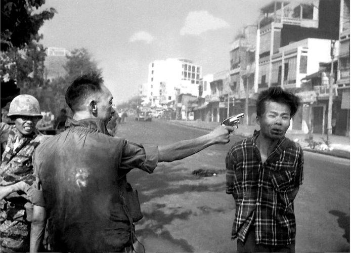 De foto van de standrechtelijke executie van Vietcong-officier Nguyen Van Lem in Saigon, op 1 februari 1968, leidt tot grote verontwaardiging onder het Amerikaanse publiek. AP-fotograaf Eddie Adams krijgt later spijt van de foto waarop de Zuid-Vietnamese generaal Nguyen Ngoc Loan de man door het hoofd schiet. ,,Ik doodde hem toen met mijn camera. Ik verwoestte toen zijn leven zonder oog te hebben voor de omstandigheden'', aldus Adams, die met de foto de Pulitzer Prize won. De Vietcong zou kort daarvoor Amerikaanse soldaten hebben gedood. Adams maakte het later goed toen de immigratiedienst hem belde. Zij wilde dat Adams tegen Loan zou getuigen om hem de toegang tot de VS te ontzeggen. Adams deed het omgekeerde. Hij getuigde in Loans voordeel, de ex-generaal mocht blijven.