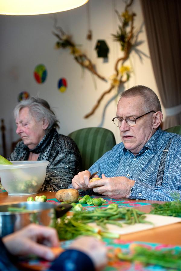 Ouderen werken mee aan de maaltijd bij Verzorgingshuis de Biesdel in Velp.