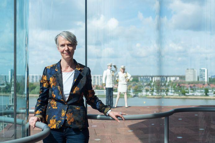 MAS-directeur Marieke van Bommel in het MAS, voor de kenmerkende gebogen ramen. Op de achtergrond het kunstwerk 'Groetend Admiraal Koppel' van Guillaume Bijl.