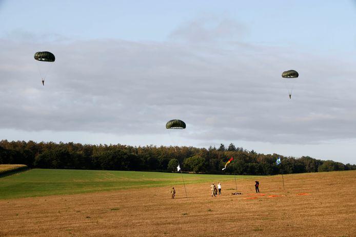 Parachutisten donderdagmorgen bij Klein Amerika.