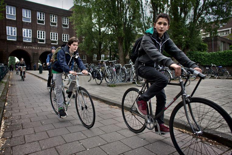 Fietsende scholieren voor het Amsterdams Lyceum, een van de populairste scholen van de stad. Beeld Rink Hof
