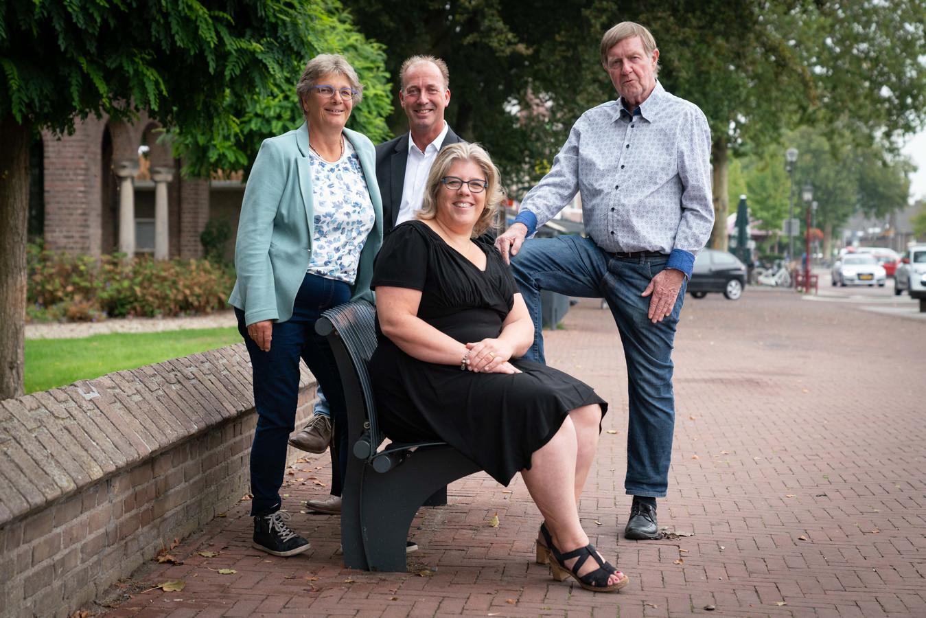 Mieke van Stuyvenberg, Bert Selman, Gabrielle Langhout en Jan Werkman (vlnr) in Elst. Het kwartet is sinds de oprichting van Buurtbemiddeling Lingewaard en Overbetuwe, voor de organisatie actief.