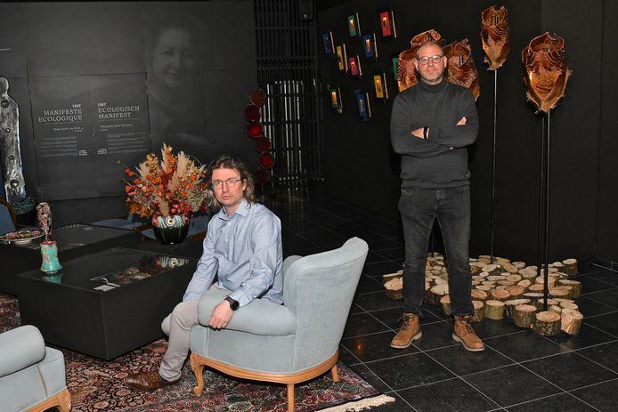 In het midden staat een salon. Er gaan daar na corona ook tablets liggen waarbij bezoekers info over de kunstenares en haar werk gaan kunnen bekijken.