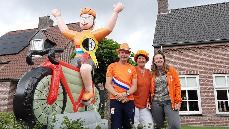 Vader Peter, moeder Loes en zus Mieke van Harrie Lavreysen, voor hun huis in Luyksgestel.  Beeld John Graat
