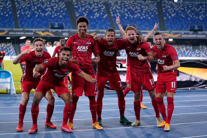 De spelers van AZ vieren de verrassende zege bij Napoli.