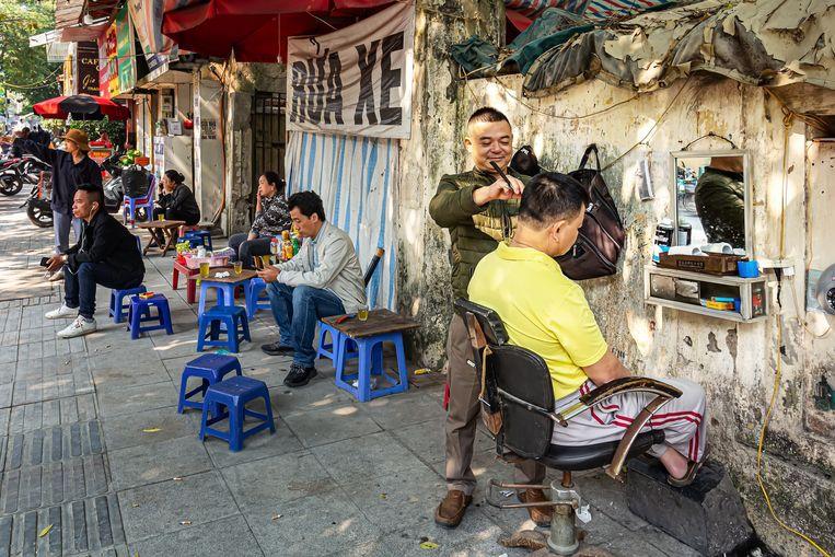 Het dagelijks leven in Vietnam speelt zich traditioneel op straat af. Beeld Nicolas Chartier