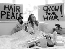 Kamper kapper verkoopt in 'Lennon en Yoko Ono- stijl' haarproducten vanuit bed: 'Grow your hair!'
