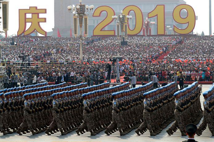 Chinese militairen marcheren ter ere van de zeventigste verjaardag van de volksrepubliek.