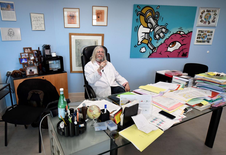 Microbioloog Didier Raoult in zijn werkkamer in Marseille, eind februari.  Beeld Gérard Julien / AFP