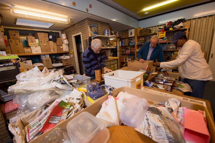 Stichting Derdehands verzamelt spullen die in Nederland overbodig zijn, en stuurt die naar landen met grote armoede. Op 1 april moet de stichting haar onderkomen verlaten. Zicht op een nieuwe plek is er nog niet.