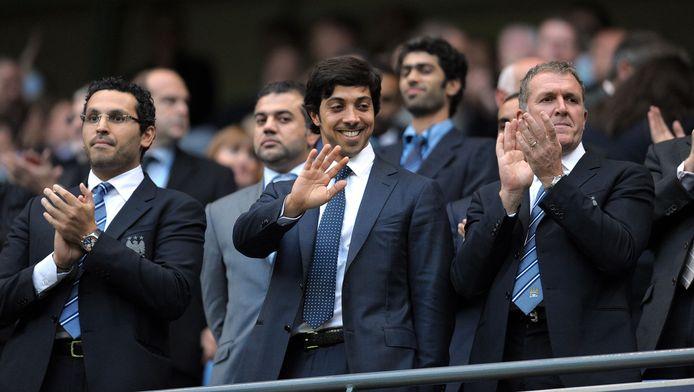 Sheikh Mansour bin Zayed Al Nahyan (midden),  de steenrijke eigenaar van Manchester City.