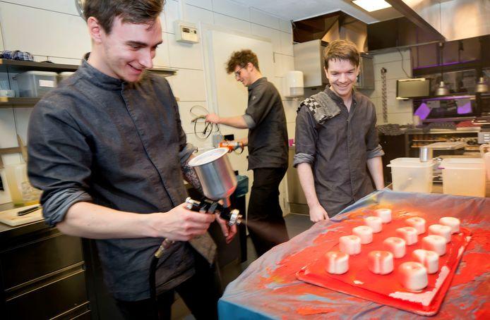 Topdrukte bij het Havenhuis. Lorenzo (l) en Daniel (r) maken alvast de desserts. Archief foto.