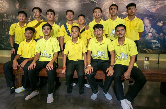 De twaalf spelers van het jeugdteam De Wilde Zwijnen en hun coach tijdens een persconferentie een jaar nadat ze vast kwamen te zitten in de grot in het Mae Sai district, op 24 June 2018.