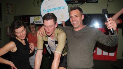 VIDEO. Tom Burms fietst 10(!) keer virtueel Alpe d'Huez op en zamelt 15.300 euro in voor Kom op Tegen Kanker
