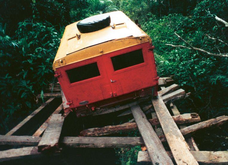 Over een ingezakte brug in Congo. Beeld