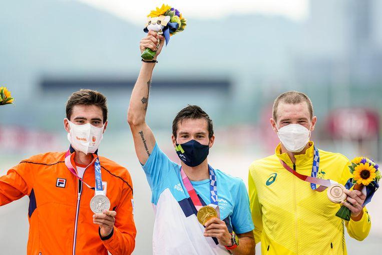 De Nederlander Tom Dumoulin (zilver), de Sloveen Primoz Roglic (goud) en de Australiër Rohan Dennis (brons) staan wel op het podium op de Fuji International Speedway. Beeld Photo News