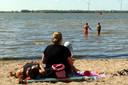 Het strandje bij de Appelzak in Moerdijk wordt ook bezocht door zwemmers. Ze badderen in het Hollands Diep.