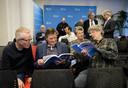 Aanwezigen lezen het rapport Voor Gezien, tijdens de persconferentie van de Samenwerkende Actiegroepen Tegen Laagvliegen (SATL) over de plannen met Lelystad Airport.