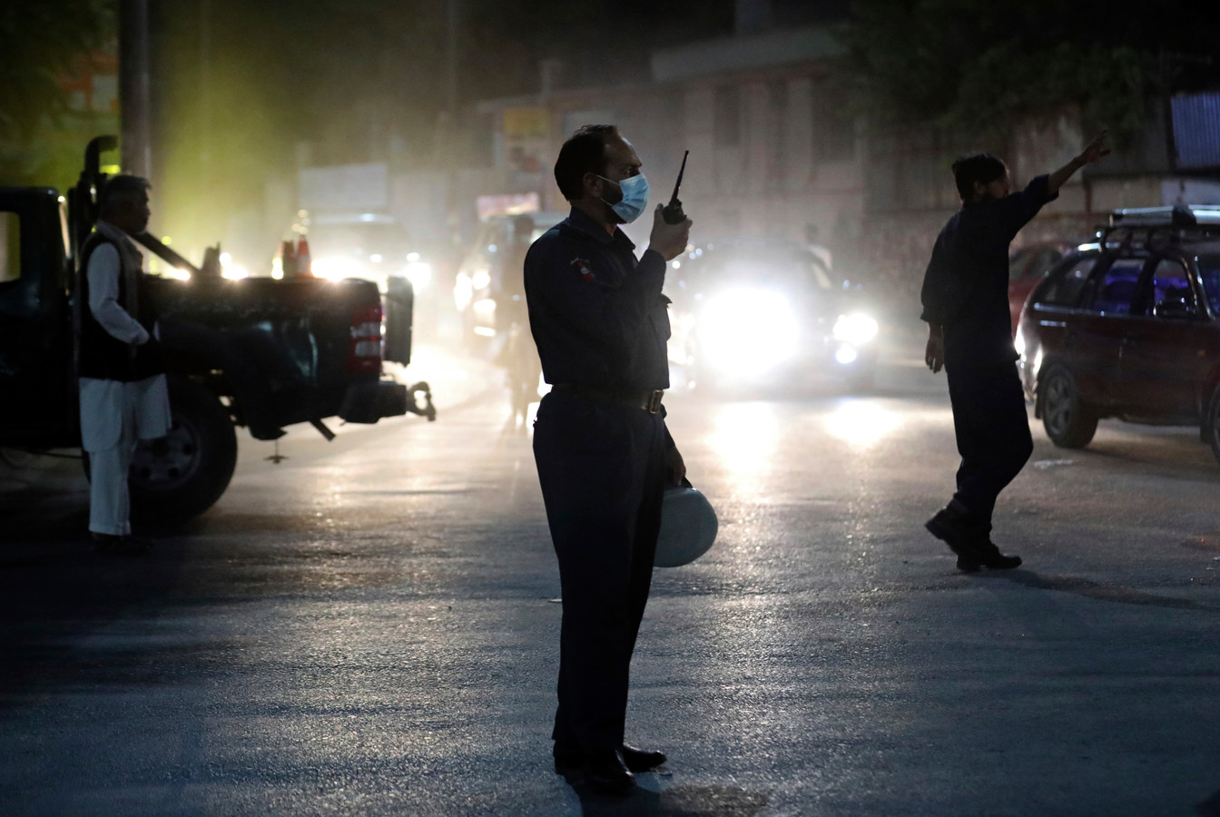 Afghaanse soldaten bij de plek van de krachtige explosie in Kaboel dinsdagavond.