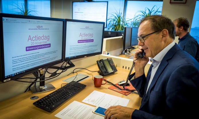 Oud-minister Ab Klink is te gast in het actiecentrum van Verpleegkundigen & Verzorgenden Nederland (V&VN).