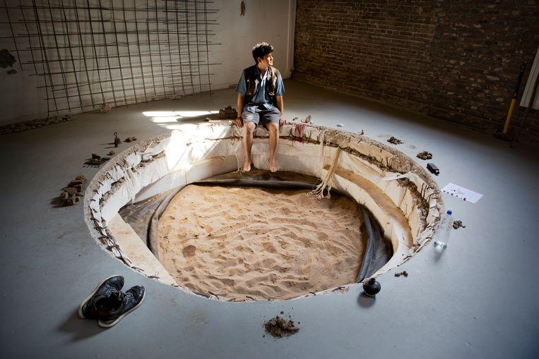 Aldo Esparza Ramos groef een gat als uitnodiging om te 'luisteren naar de aarde'. Beeld Pauline Niks