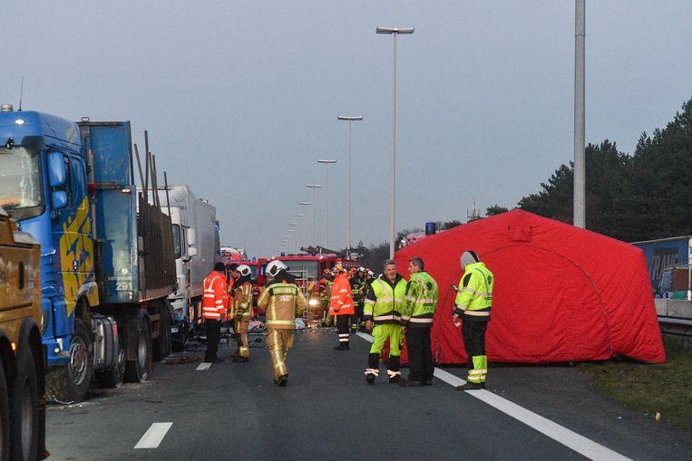 De hulpdiensten zetten op de plaats van het dodelijke ongeval een rode tent op de snelweg.