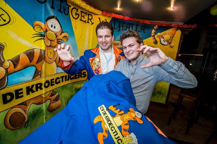 CV De Kroegtijgers wilde carnaval ondanks corona niet ongemerkt voorbij laten gaan. Voorzitter Tom Lohuis  (rechts) begrijpt de ophef niet over zijn stoutmoedige actie.