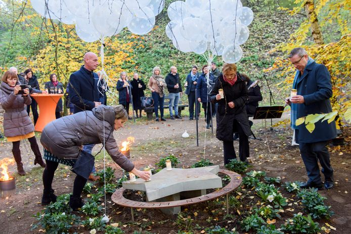 Medewerkers van DELA en crematorium Rijtackers herdachten bij de opening van Sterrenlicht de baby's die ook zij verloren.
