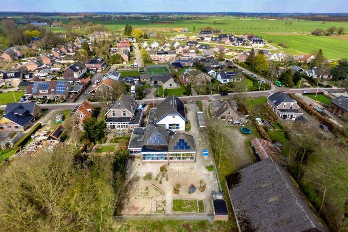 Naar basisschool De Linde in Laag Zuthem gaan ruim 40 kinderen. Dooft het licht van deze dorpsschool langzaam, of is de trek uit de Randstad de redding voor kleine scholen in Salland?