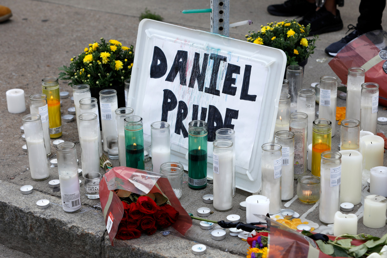 Een altaartje op straat voor Daniel Prude.