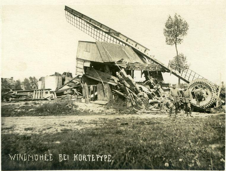In mei 1918 namen de Duitsers een foto van de restanten van de Spieremolen in Nieuwkerke, waarbij twee soldaten poseerden bij de aswielen. In het boek wordt de geschiedenis van de molen verteld van de 16de eeuw tot aan de vernieling.