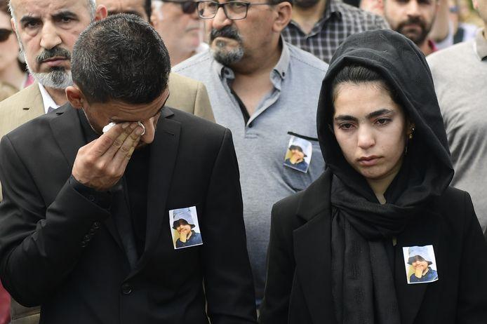 Vader Ali Shamdin (25) en moeder Amir Perhast (24) tijdens de stille mars op 30 mei, voorafgaand aan de begrafenis van hun dochter.