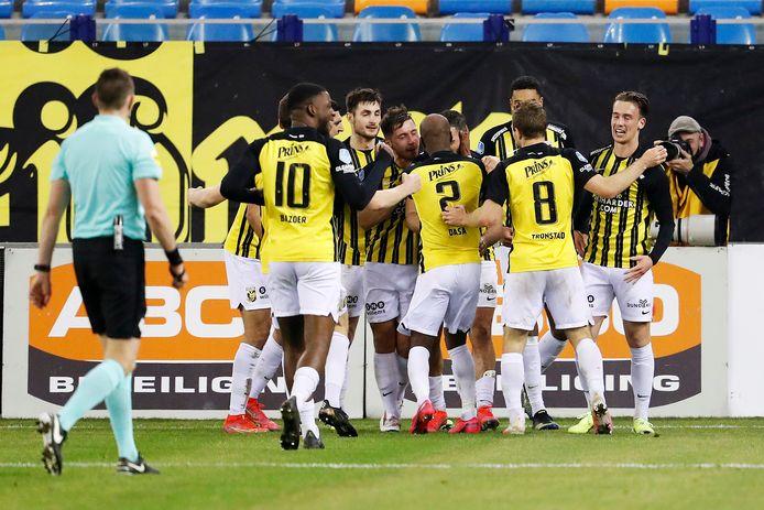 De spelersgroep van Vitesse viert de 2-0 zege op VVV.