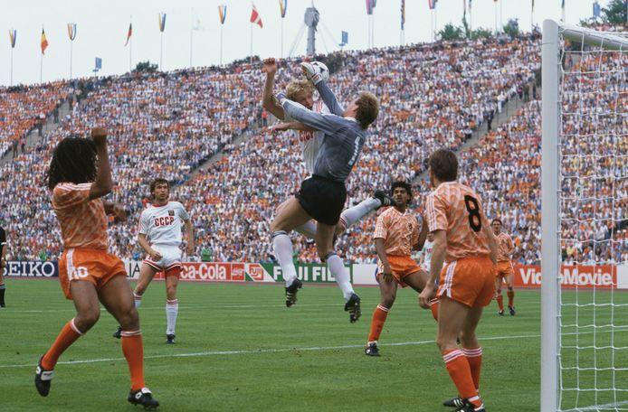 Hans van Breukelen, de doelman van Oranje, autoritair in de lucht tijdens die finale tegen USSR.
