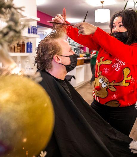 Bij deze Utrechtse kapsalon word je nog geknipt onder de kerstboom