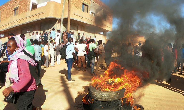 Soedanese demonstranten verbranden autobanden tijdens anti-regeringsprotesten in Khartoum, eerder deze maand.  Beeld Reuters